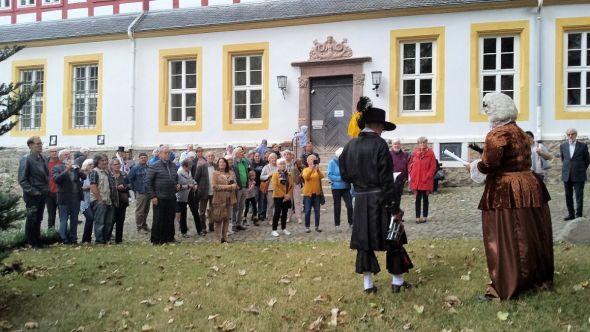 Die szenischen Führungen lockten erneut viele Besucher in den Schlosshof. (Fotos: Manfred Kirchner)