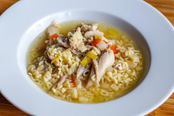 Eine ordentliche Hühnersuppe, am besten mit Gemüse, ist ein gutes Hausmittel gegen Erkältungen. (Foto: schlauschnacker / pixabay)