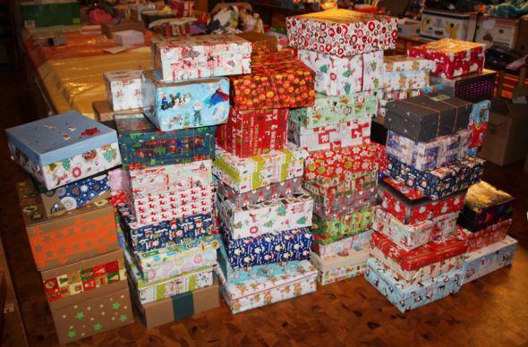 Die weihnachtlich verpackten Kartons stapeln sich in der Sammelstelle...