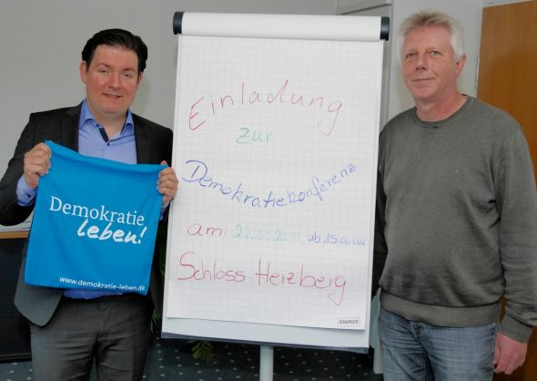 Werben für Vielfalt, Toleranz und Demokratie: Kreisrat Marcel Riethig (links) und Peter Dzimalle informieren bei der Demokratiekonferenz 2019 in Herzberg über die Partnerschaft für Demokratie im Altkreis Osterode.