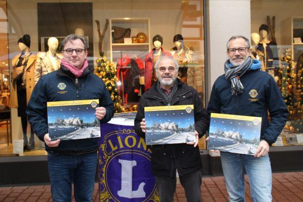 Carsten Bär, Hans Nebel und Dr. Stefan Wahle (von links). Auch am kommenden Samstag werden Mitglieder des Lions-Club Südharz nochmals Kalender verkaufen