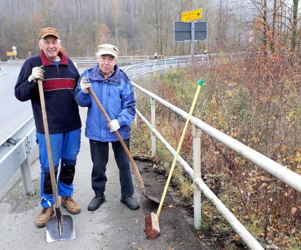 Rüstige Rentner mit ihren Werkzeugen: Horst Eicke (rechts) und Peter Blaschke (Fotos: privat).