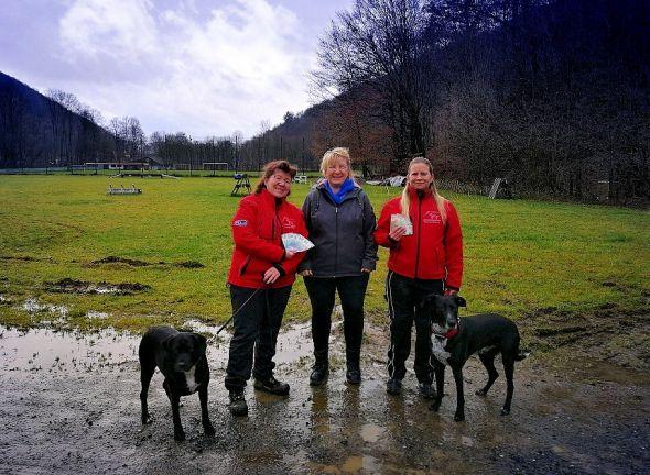 Geldregen zwischen Pfützen: Manuela Wille (Mitte) überreichte dem Rettungshundeverein Bad Lauterberg in einer Regenpause die Spende.