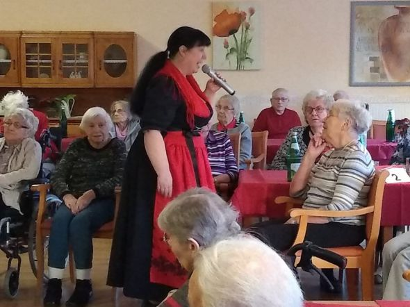 Die Senioren im Haus Lukas haben beim Neujahrskonzert mit Heidi Hedtmann...