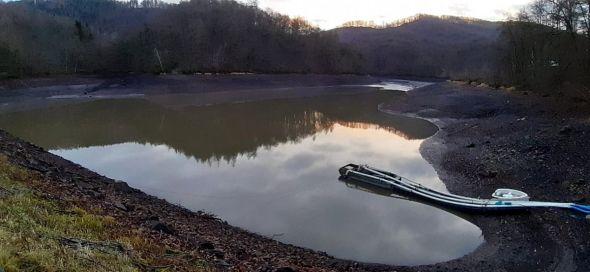 Der Wiesenbeker Teich am 18. Januar 2020 mit den Pumpen.
