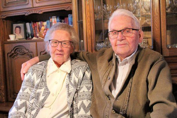 """Sind glücklich und zufrieden, ihre """"Gnadenhochzeit"""" mit der Familie feiern zu können: Ingetraut und Helmut Eicke."""
