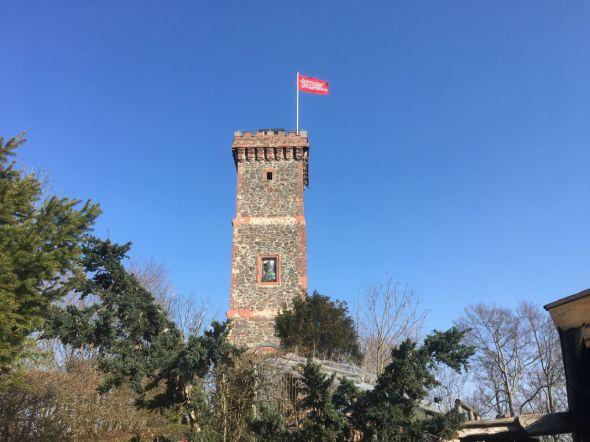 Der Bismarckturm weist Feuchteschäden auf: schon von weitem sieht man Schäden an den roten Gesimsen aus Ziegelstein..