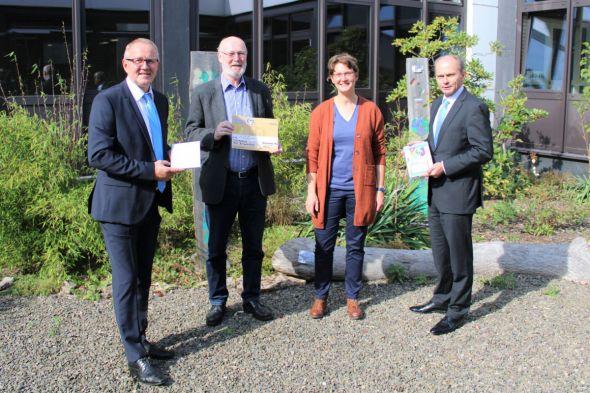 Markus Werner und Dirk Brömme (Volksbank) bei der Preisverleihung mit Schulleiterin Inger Schweer und Stellvertretendem Schulleiter Arno Bierwirth