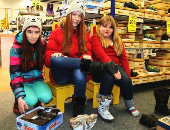 Diese drei Mädchen aus Bad Lauterberg freuen sich über neue Winterschuhe