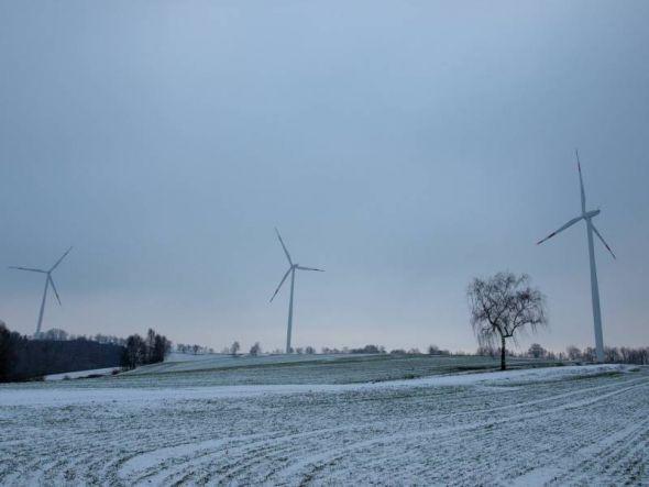 Haben die ersten Winterstürme gut überstanden: Die drei Anlagen des Windparks Königshagen.