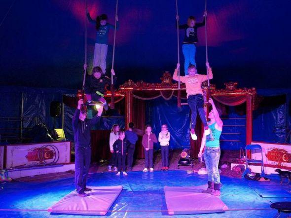 Am Trapez bis in die Zirkuskuppel.