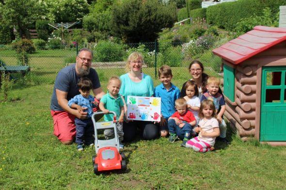 Michael und Jana Quendler mit Manuela Wille (Mitte) und den Kindern