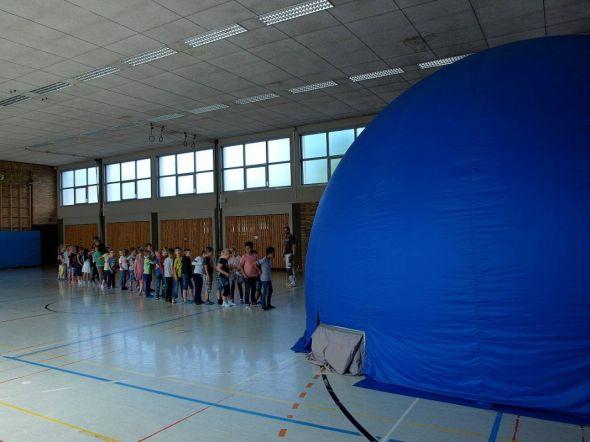 Kurz vor ihrem Abriss noch ein Highlight in der Turnhalle Bahnhofstraße: Das Schulplanetarium ist aufgebaut.
