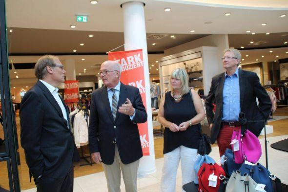 Landrat Bernhard Reuter im Gespräch mit Gido Kröger, der Kreistagsabgeordneten Barbara Rien und Bürgermeister Dr. Thomas Gans