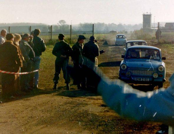 Zorger Dreieck am 12.11.1989: An der Straße zwischen Ellrich und Zorge ist die Grenze offen. Es ist die erste dauerhafte Öffnung der Grenze im Südharz. (Fotos: Grenzlandmuseum Bad Sachsa / Archiv)