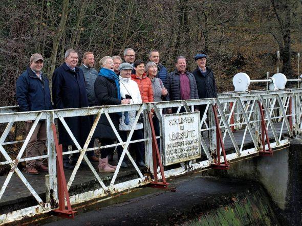 Gelöste Stimmung am Scholmwehr: Die Brücke kann wieder genutzt werden.