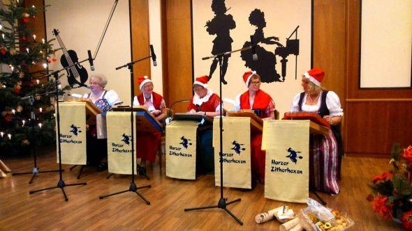 Die fünf Zitherhexen mit ihren Nikolausmützen. (Foto: Conny Fröhlinghaus)