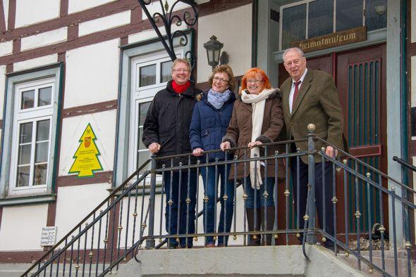 Statt eines überdimensionalen Schecks gab es ein gemeinsames dankbares Händeschütteln im Bürgermeisterbüro. V.l.: Bürgermeister Thomas Gans, Sabine Henkel, Irmtraud Brille und Jürgen Freund.