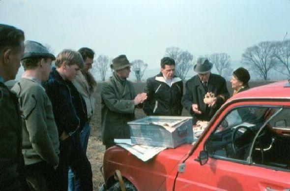 Osterode Heimatforscher begutachten die Entdeckung der Skelette 1980