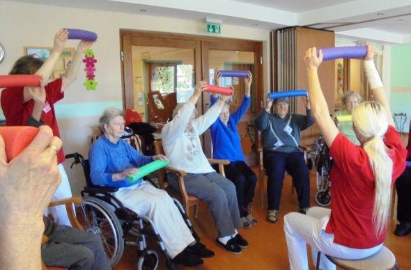 Übungen mit kleinen Gummirollen verlangen Kraft und die Fähigkeit zur Koordination der Bewegungen. Foto: Springborn-Aschoff