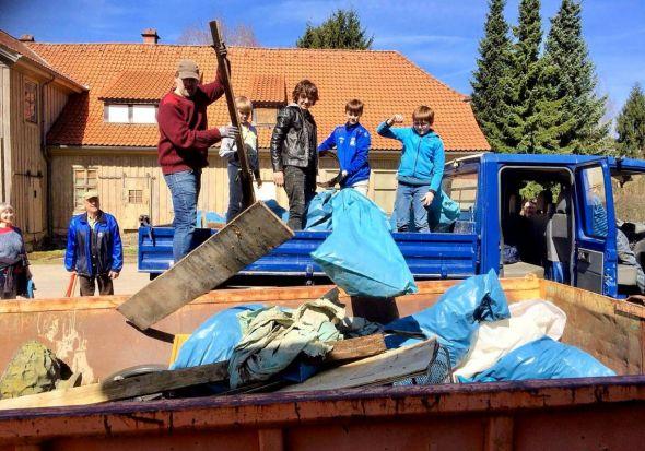 Ab in den Container: Was für andere eine offenbar nicht zu bewältigende Aufgabe gewesen war, übernahmen jetzt Freiwillige – achtlos weggeworfenen Müll richtig zu entsorgen.