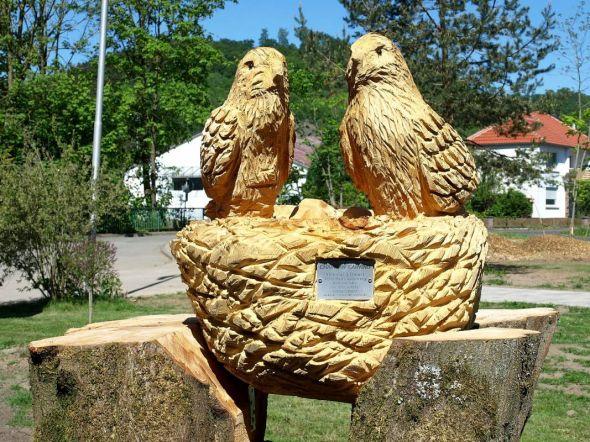 Soll zum Symbol für die neue städtische Kita werden: Das Vogelpaar am Eingang.