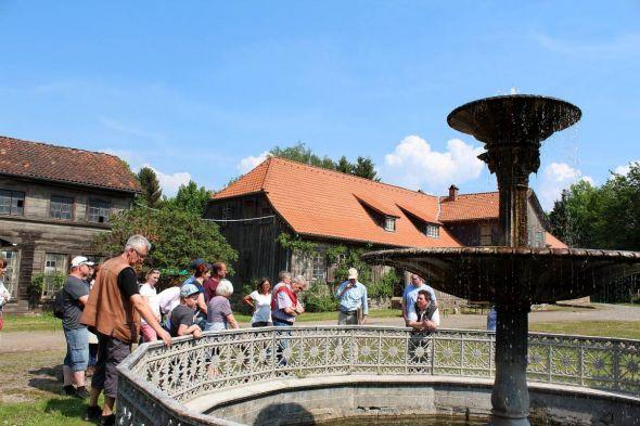 Da kommt keine Führung drum herum: Eine der Besuchergruppen am Hüttenbrunnen.