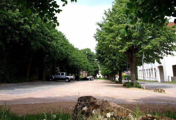 Es ist tatsächlich passiert: Die buckelige Matschfläche am Friedhof in Barbis ist zu einem richtigen Parkplatz geworden.