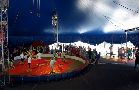 Unter der hohen Zeltkuppel proben die Nachwuchsartisten gemeinsam an ihren Zirkusnummern…