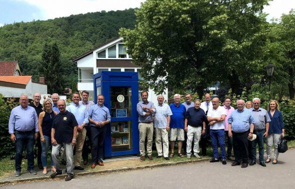 Zur Einweihungsfeier der Bücherzelle hatten sich zahlreiche Mitglieder des Rotary Clubs Bad Lauterberg-Südharz im Kurpark eingefunden. (Foto: Rotary Club)