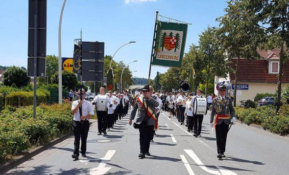 Traditionelles Promenieren durch die Stadt: Natürlich begleitete auch das heimische Musikcorps Marchingpower den großen Festumzug.