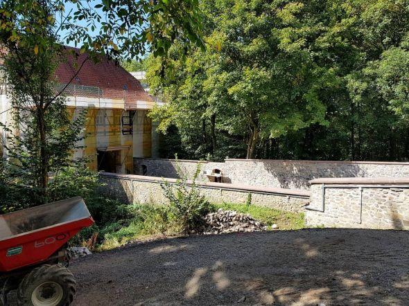 Blick vom neuen Weg auf das Torhaus, in dem zurzeit auch kräftig gearbeitet wird. (Fotos: Förderverein Schloss Herzberg)
