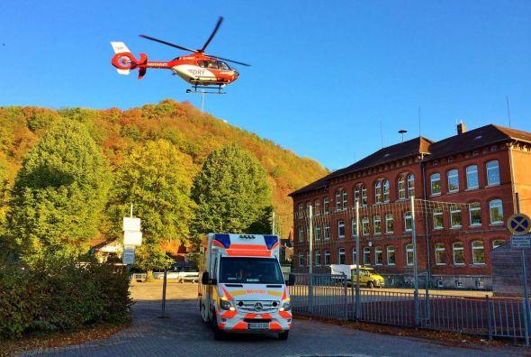Sicher gestartet: Der Rettungsdient hat den Patienten zum in der Ferienzeit leeren Schulhof gebracht, von wo dieser mit dem Rettungshubschrauber in eine Klinik geflogen wurde. (Foto: ASB Barbis-Zoll)