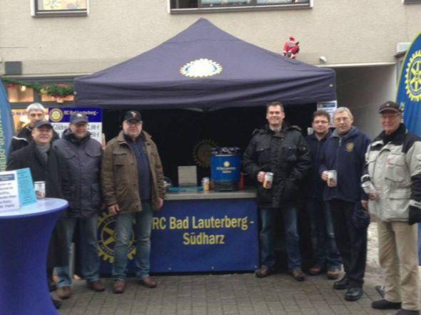 Warm anziehen heißt es wieder für die Mitglieder des Rotary Clubs Bad Lauterberg-Südharz in der Adventszeit. Der Glühweinstand in der Bad Lauterberger Fußgängerzone muss aufgebaut und über eine Woche lang täglich besetzt werden.