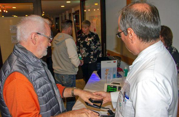 Ein einfaches EKG konnten sich Zuhörer vor der Veranstaltung anzeigen lassen. Dazu mussten sie ihre Hände auf zwei Sensoren legen. Die Kurven wurden live auf einem kleinen Monitor angezeigt.