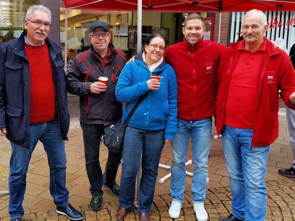 Hatten Spaß am Stand (von links): Werner Urban, Thomas und Katja Beck, Steve Scholtyseck und Joachim Holze vom Vorstand des SPD-Ortsvereins Herzberg.