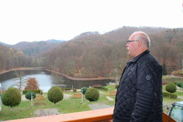 Maik Dombrowsky weiß nicht, ob er die Wasserskianlage jemals wieder aufstellen kann. Das hat auch Folgen für Freibad und Campingplatz