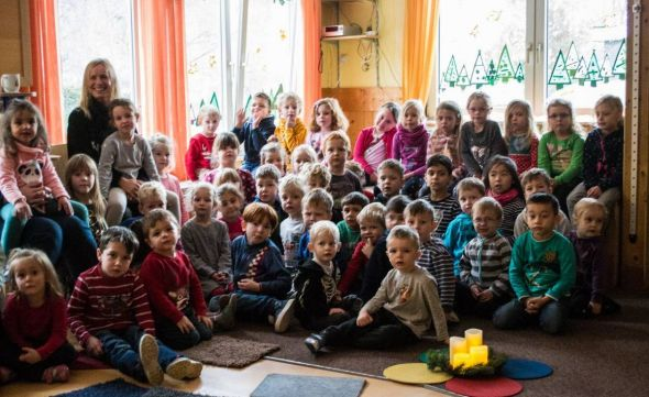 Neugierig warten die Kita-Kids auf den Besuch der KGS-Klasse (Foto: K. Koch)