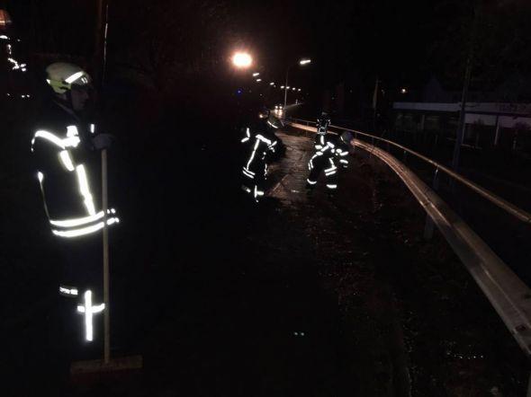 Einsatz bei Kälte und Nässe für die Feuerwehrkameraden