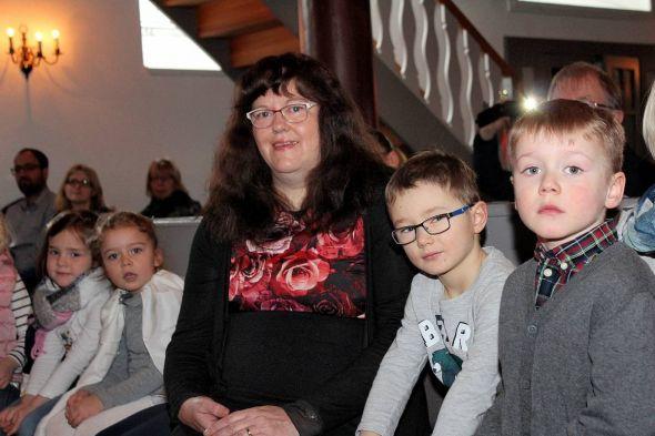 Ilse Sauer-Illhardt da, wo sie in ihrem Beruf am liebsten war – zwischen Kindern.