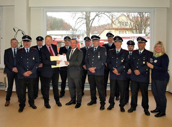 Das Stadtkommando freut sich mit dem Bürgermeister über den von Boris Pistorius  (6.v.l.) persönlich überbrachten Bewilligungsbescheid.