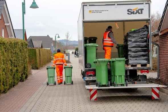 Seit einer Woche läuft die Verteilung: Die Komposttonnen werden an den Grundstücken abgestellt und vor Ort dem entsprechenden Grundstück edv-technisch zugewiesen.