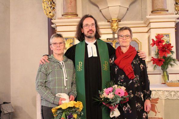 Abschied und Neubeginn: Pastor Torsten Kahle mit der ausscheidenden Pfarramtssekretärin Isolde Wiegand (links) und ihrer Nachfolgerin Bianca Schwerthelm.