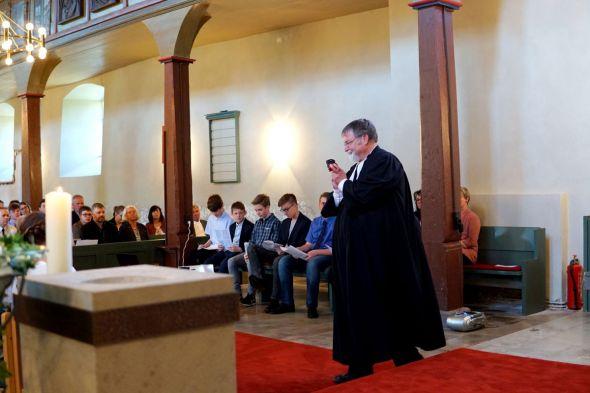 Aufnahmen früherer Konfirmationen (Fotos: Mareike Spillner)