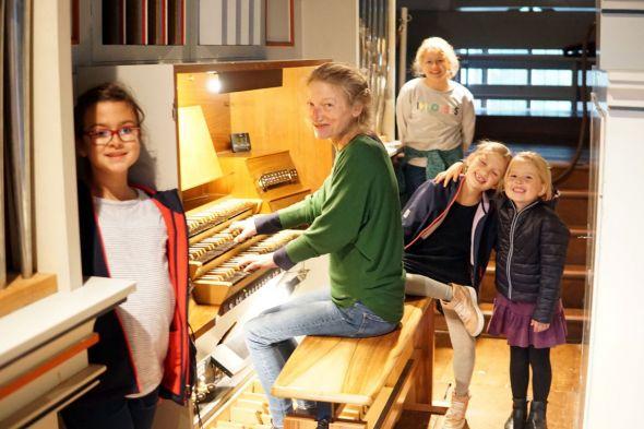 Organistin Margret Kernbach mit den Orgelentdeckerinnen