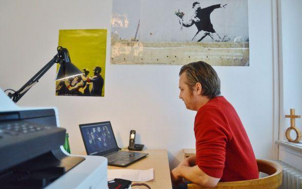 Jugendpastor Simon Burger traf und grüßte aus seinem Büro (Foto: Christian Dolle)