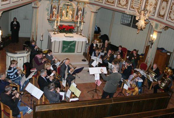 Kreischorleiter Andreas Bücher dirigierte die 23 Bläserinnen und Bläser