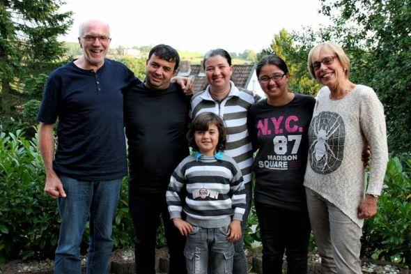 Horst Wenzel (links) und seine Frau Monika (rechts) mit ihrer Patenfamilie.