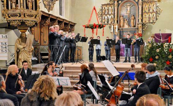 Heiner Hunke führte nicht nur durchs Programm, sondern unterstützte auch die Bläser der Kreismusikschule.