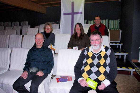 Haben Mut zur Improvisation: Detlef Hubrich (oben), Petra Döring-Menzel und Daniela Hubrich (mittlere Reihe von links) sowie Dieter Menzel und Pastor Andreas Schmidt (vorne von links).